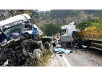 Isparta'da tır ve kamyon kafa kafaya çarpıştı: 2 ölü