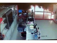 Eyüp'te markete molotoflu saldırı kamerada
