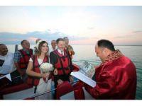 Göl ortasında jetboatta evlendiler