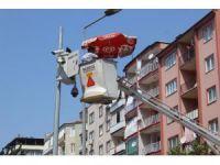 20 metrelik vinç üzerinde sıcak havaya ilginç çözüm
