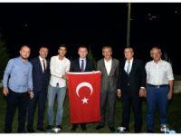 Türk bayrağını alevlerden kurtaran genç ödüllendirildi