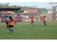 Genç kızların futbol maçına hakem atamayı unuttular