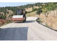 Selendi'de bozulan yollar asfaltlanıyor