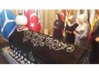 AK Parti Genel Başkan Yardımcısı Öznur Çalık Ertuğrul Gazi türbesinde dua etti