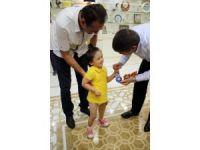 Protezine kavuşan küçük Özge'den Başkan Türel'e nazar boncuğu
