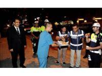 Vali Demir'den huzur uygulamasına katılan polislere tatlı ikramı