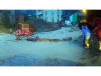 Kastamonu'da sel nedeniyle araçlar yolda mahsur kaldı