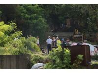 Ekipler, heyelan riski nedeniyle evlerin boşaltıldığı bölgede