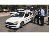 Polisin kovaladığı ehliyetsiz sürücü kaza yapıp aracı bırakarak kaçtı