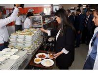 Bakan Sarıeroğlu yemekhanede sıraya girip işçilerle yemek yedi