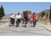 52 ülkeden 300'e yakın katılımcı antik kentte bisiklet turuna katıldı