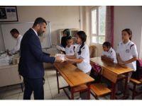 Payas'ta öğrencilere zeka oyun seti ve kitap seti dağıtıldı