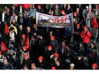 Alman çelik işçileri birleşme kararını protesto için yürüdü