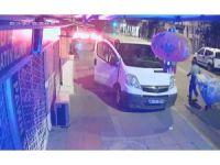 Aracın camını kıran hırsızın rahat tavırları kamerada