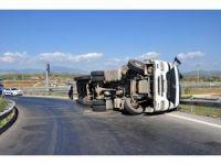 Manavgat'ta virajı alamayan tır devrildi: 1 yaralı