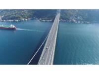 Binlerce bisikletlinin köprüden geçişi havadan görüntülendi