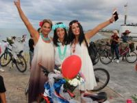 Süslü kadınlar bisikletleriyle turladı