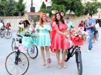 Süslü kadınlar caddeleri çiçeğe çevirdi