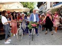 Süslü kadınlar, Alaçatı sokaklarını renklendirdi