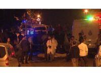 Ailesiyle yolun karşısına geçmek isteyen kadına araba çarptı: 1 ölü