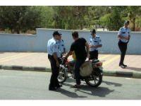 Okullar önlerinde polisten şok uygulama