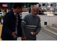 Yaşlı adam bir tomar parayla gezince polisi alarma geçirdi