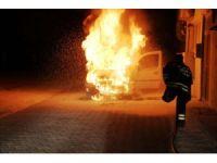 Alev alev yanan aracını çaresizce seyretti