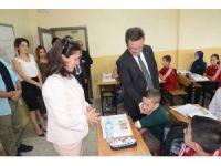 Vali Ünlü, okulları ziyaret edip derslere katıldı