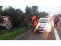 TEM otoyolunda ambulans takla attı: 2 yaralı