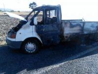 Anız yangını saman yüklü kamyoneti küle çevirdi