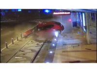 Hızını alamayan araç tramvay durağına çarptı