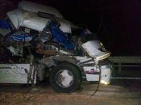 Salça yüklü kamyon yan yattı, sürücü ağır yaralı