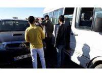 Otomobil, yolcu taşıyan minibüse çarptı