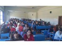 Üniversite öğrencilerine 'trafik adabı' konulu konferans