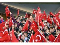 Minik öğrencilerden Başkan Aksu'ya sevgi seli
