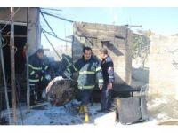 Evin damındaki odunluk yandı