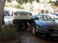 Otomobil engelli aracına çarptı