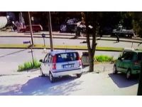 Hafifi ticari kamyonetin kadına çarpması kameralara yansıdı