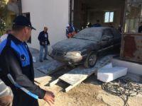 Yıkımı engellemek için otomobilini park etti, ancak ekipleri durduramadı