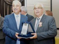 Vali Güvençer'den 40 yıllık muhtarlara plaket