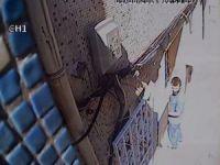 Fatih'te güpegündüz bir eve giren hırsızın rahat tavırları kamerada