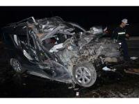 Hafif ticari araç kömür yüklü kamyonun altına girdi: 1 ağır yaralı