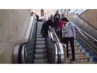 Yukarı çıkan yürüyen merdivenden aşağı inmek isterken mahsur kaldı