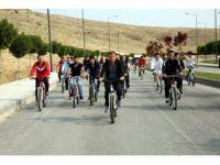 Rektör ve öğrenciler sağlıklı yaşam için pedal çevirdi