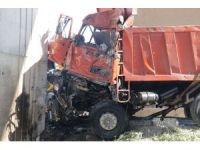 Hızını alamayan belediye kamyonu köprü ayağına çarptı: 1 ölü