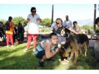 Down sendromlu çocuklar sokak hayvanlarına yem bıraktı