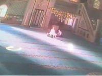 Cami kundakçısı kamerada