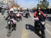 Motosikletleriyle meme kanserine dikkat çektiler