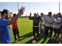 Bakan Çavuşoğlu'ndan, milli takıma moral ziyaret