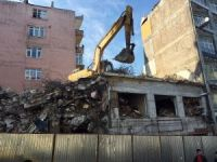 Fatih'te yıkımı devam eden bina tehlike saçıyor